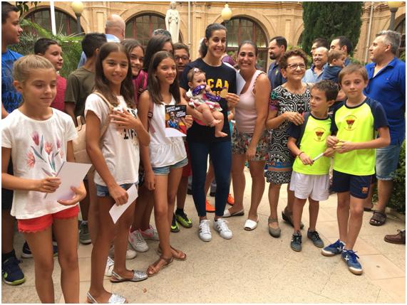 Carolina Marín rodeada de febamur, en la UCAM